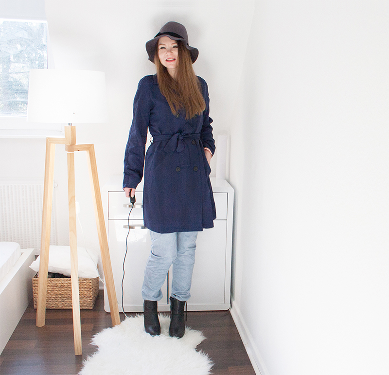 outfit blauer trenchcoat mit hut minnja. Black Bedroom Furniture Sets. Home Design Ideas